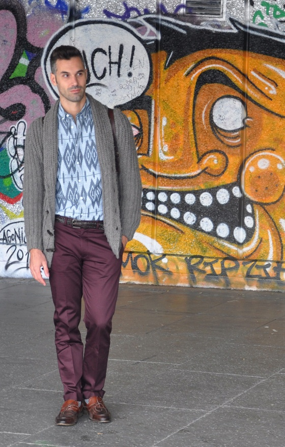 Out of the Graffitis, London, Thames river, look book, tendencias, hombre, Carles, skating rink, camisa, aztec pattern, jersey gris, pantalón granate, PimPamMate
