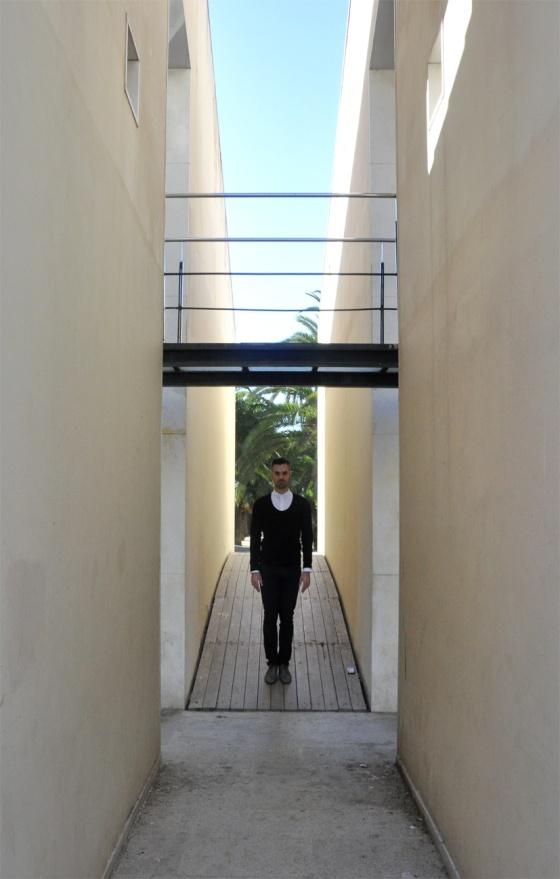 Probador, Mod style, Black&White, Parque de Joan Miró, Barcelona, Look Book, Tendencia, hombre, Carles, arquitectura moderna, jersey cuello redondo, camisa blanca, tachuelas, Gafas vintage, maletín piel, pantalones pitillo negro, PimPamMate