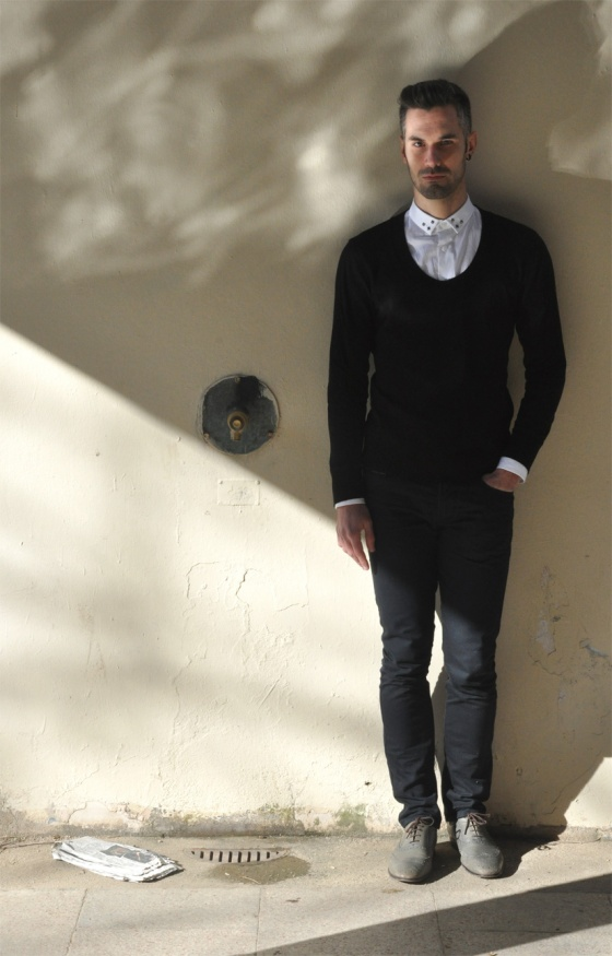 Probador, Mod style, Black&White, Parque de Joan Miró, Barcelona, Look Book, Tendencia, hombre, Carles, arquitectura moderna, jersey cuello redondo, camisa blanca, agua, reflejo, PimPamMate