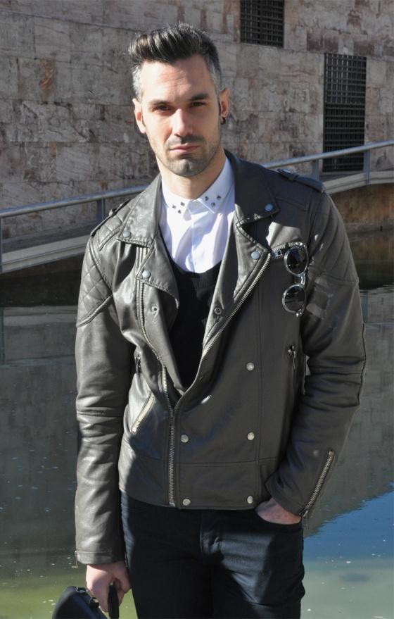 Probador, Mod style, Black&White, Parque de Joan Miró, Barcelona, Look Book, Tendencia, hombre, Carles, arquitectura moderna, chaqueta piel, rockero, camisa blanca, tachuelas, Gafas vintage, maletín piel, pantalones pitillo negro, PimPamMate