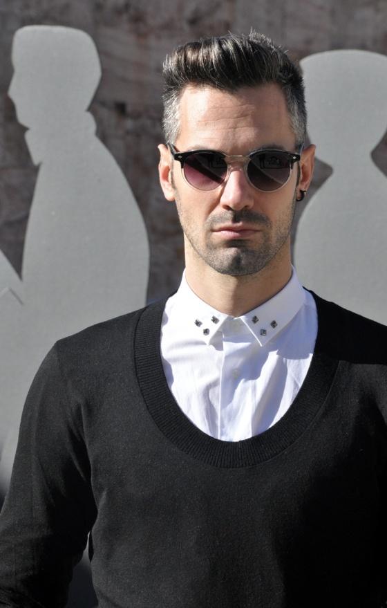 Probador, Mod style, Black&White, Parque de Joan Miró, Barcelona, Look Book, Tendencia, hombre, Carles, arquitectura moderna, jersey cuello redondo, camisa blanca, tachuelas, Gafas vintage, PimPamMate