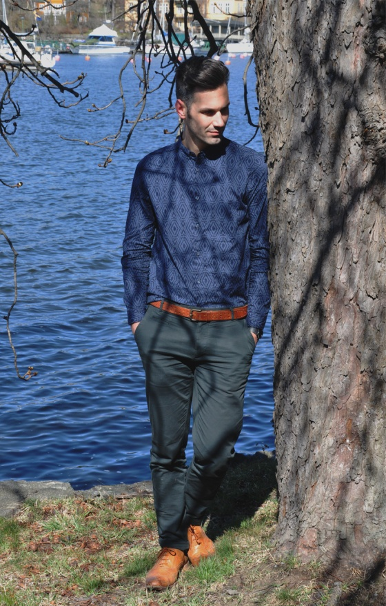 Fitting room, El Probador, Over the Stockholm water, Stockholm city, Djugarden, Prins Eugens Waldemarsudde, pier, Carles, trends, lookbook, Jersey, camisa, shirt, H&M Conscious, boat, Post 5, green pants, leather bag, orange shoes, PimPamMate
