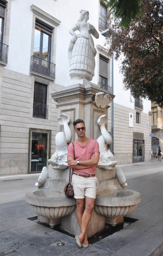 Fitting room, El Probador, Lookbook, Holy fountain, fuente, Barcelona, Gótico, Plaça Vila de Madrid, Carles, Pink T-shirt, Beig shorts, Sunglasses, Vintage shoes, leather bag, Casio Watch, trends, fashion, man, PimPamMate