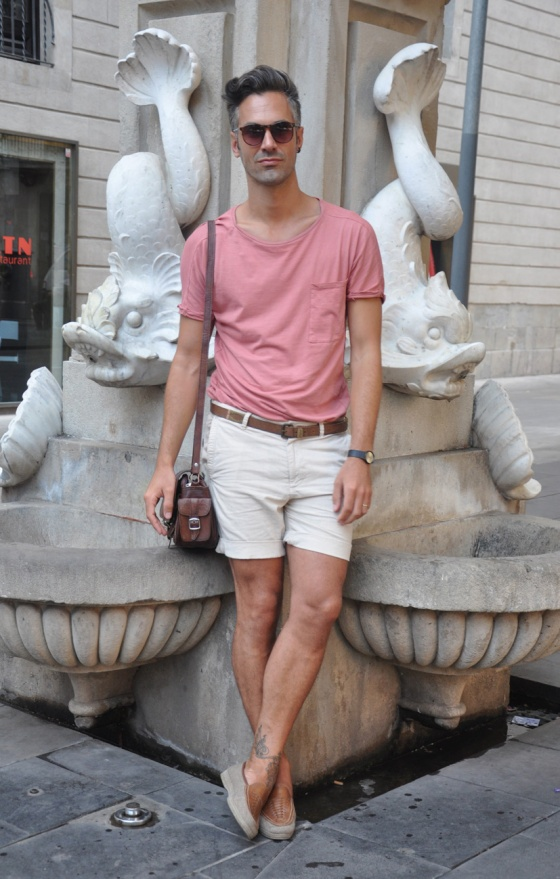 Fitting room, El Probador, Lookbook, Holy fountain, fuente, Barcelona, Gótico, Plaça Vila de Madrid, Carles, Pink T-shirt, Beig shorts, Sunglasses, Vintage shoes, leather bag, Casio Watch, trends, fashion, man, PimPamMate