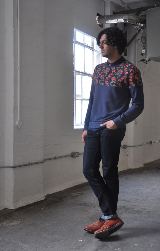 Fitting room, Look book, Leo, Flowers for a gray day, London, Brick Lane, Spitalfields market, flowered sweater, blue polo, jeans, happy socks, brown shoes, Pull&Bear, Topman, Zara, trends, fashion blogger, man, PimPamMate